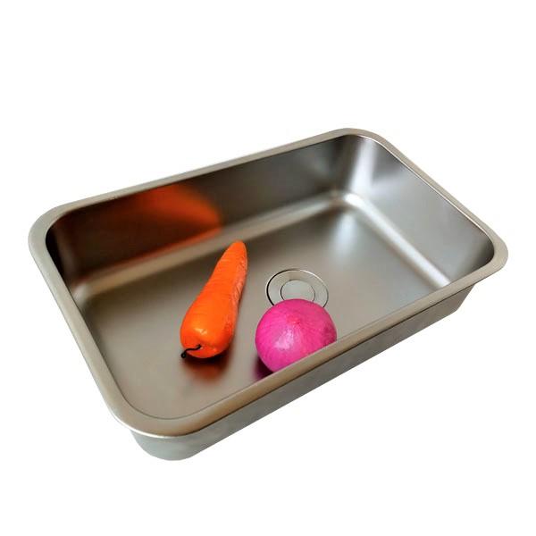 Bandeja metálica puede acumular agua y drenar sobre el lavatrastos, la funcionalidad de este accesorio para lavatrastos, es separar los cubiertos para su secado, para desinfectar frutas  o dejar descongelar algún alimento.