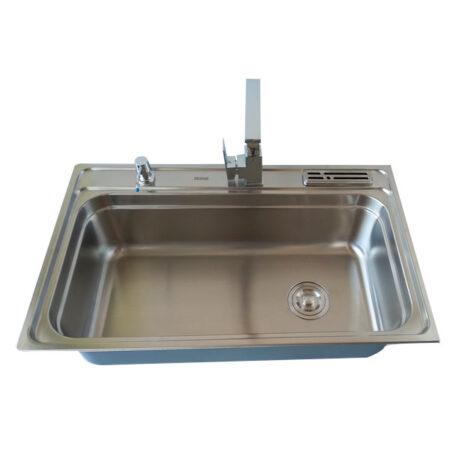 Lavatrastos de diseño tradicional, con doble rejilla para colocar variedad de accesorios de cocina. Actualmente es el segundo lavatrastos mejor equipado para el uso de accesorios.