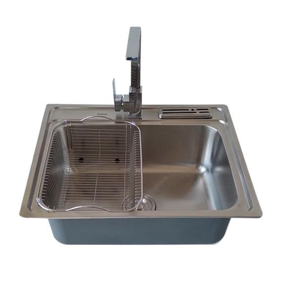 Lavatrastos pequeño para uso en apartamentos o cocinas, donde el espacio es limitado, es usado en grandes construcciones de apartamentos, gracias a los veneficios que brinda al optimizar espacios. Además cuenta con una fosa de gran tamaño perfecto para lavar una olla.